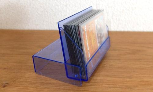 蓋を回転させて立てられる|ダイソー トレーディングカードケース